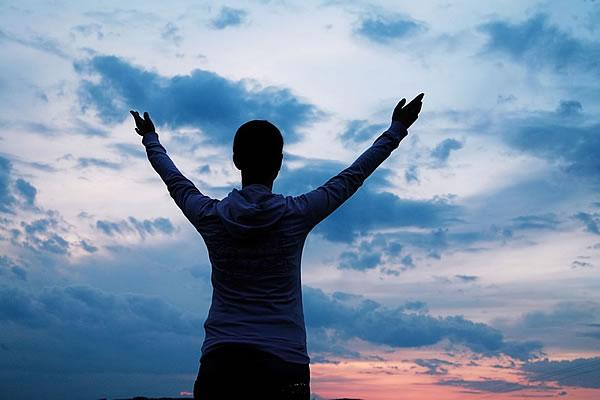 Com a minha voz clamei ao SENHOR, e ouviu-me desde o seu santo monte. Salmos 3:4