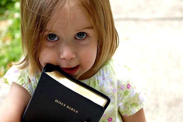 Criança com bíblia (Fonte: Blog Pingo Feliz)
