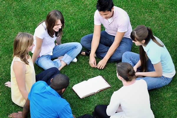 Jovens lendo a bíblia