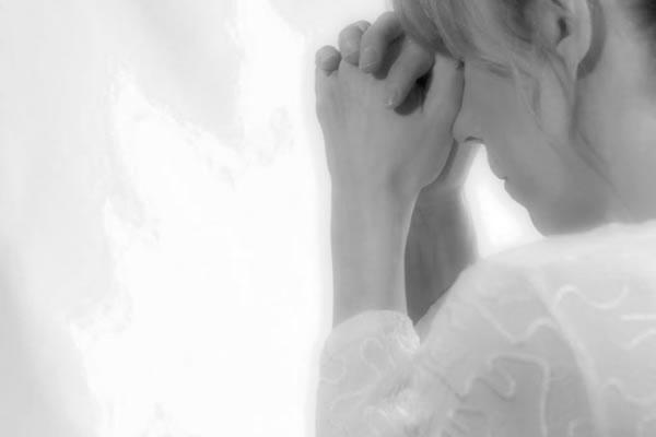 Mulher orando (Ilustração)