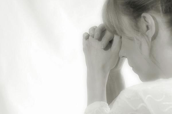 Mulher orando - Retirada do Google