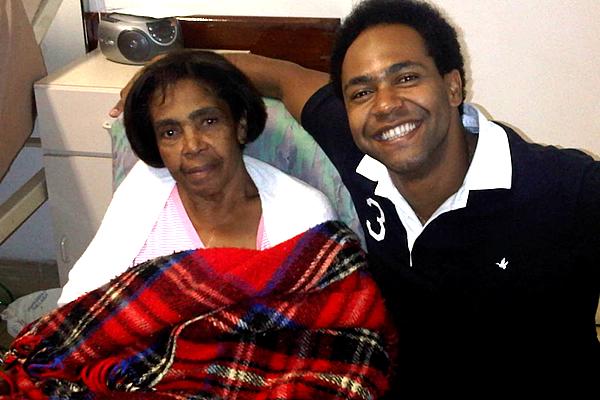 Thalles Roberto e sua m�e Zilda Rosa no hospital