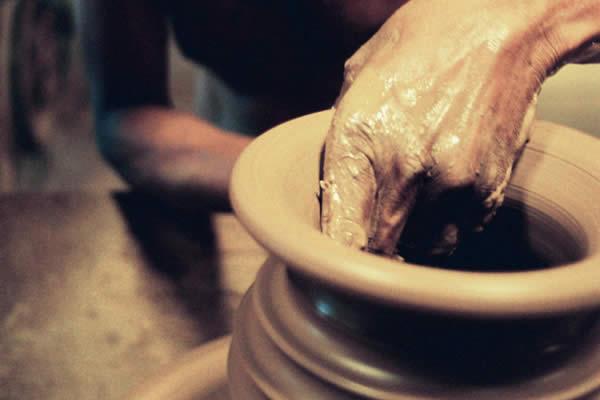 Oleiro fazendo um vaso